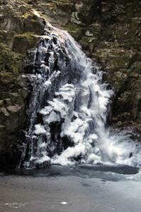 厳しい冷え込みで氷瀑、美しい姿を見せる不動滝=名張市の赤目四十八滝で