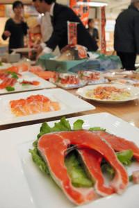 フェアで提供される信州サーモン料理=松本市で