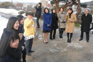園内を回り、笑顔でガイドを務める生徒たち(左)=金沢市の兼六園で