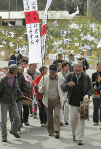 太鼓やかねの音に合わせ、無病息災を願いながら地区内を練り歩く「事の神送り」=飯田市上久堅で