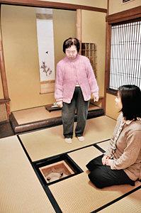 茶室の利用を呼び掛ける喜多さん(右)ら=小松市東町で