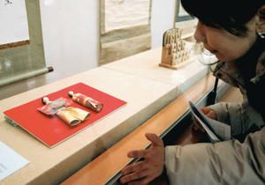 本居家に伝わる紙で作られたひな人形=松阪市の本居宣長記念館で
