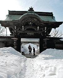 雪に埋もれる「勝興寺」の唐門