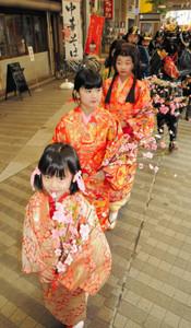 江、初、茶々の浅井3姉妹にふんして商店街を練り歩く児童ら=津市大門で