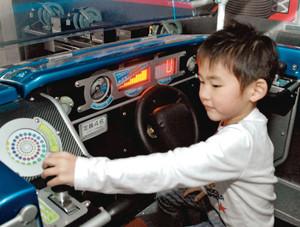 レバーでエネルギーを蓄えながら経済走行できる「エネワン」の運転席