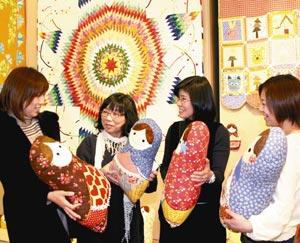 色鮮やかなタペストリーやかわいらしい人形が並ぶ会場=浜松市中区早馬町のクリエート浜松で