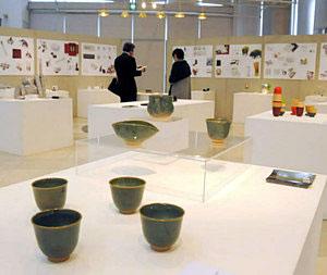 性能やデザインの優秀さが認められた「富山プロダクツ」が並ぶ会場=高岡市で
