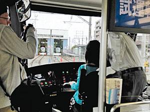 実際の車両を使った昨年の運転体験会の様子。全国から多くの人が集まった=富山ライトレール提供