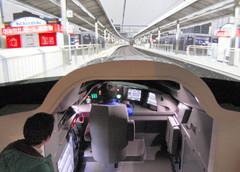 報道陣に公開された「リニア・鉄道館」のN700系トレインシミュレーター。前方の映像は名古屋駅