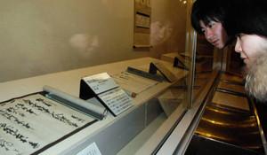 勝家が書いた禁制文書を見学する来館者=長浜城歴史博物館で