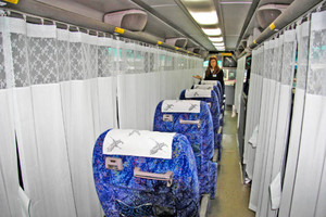 乗客のプライベート空間を作ろうと導入された「マイカーテン」=福井市日之出5の京福バス本社で