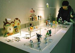 世界の童話をモチーフとした色鮮やかなオブジェなどが並ぶ会場=磐田市新造形創造館で