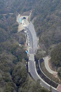 国道421号の石榑トンネル県側入り口=いなべ市で、本社ヘリ「まなづる」から