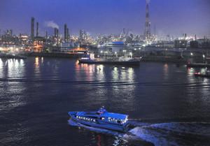 工場の夜景を眺めながら進むクルーズ船=昨年、四日市市の四日市港で、本社ヘリ「わかづる」から