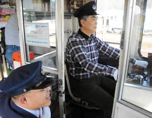 職員の指示に従いながら、電車を走らせる参加者=本巣市曽井中島の樽見鉄道本巣駅で