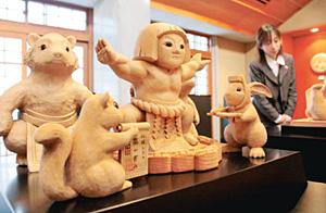 金太郎の人形などが並ぶ会場=南砺市の井波彫刻総合会館で
