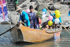 神職らを乗せ、安全を願いながら出発する和舟=飯田市で