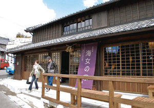 昭和初期の民家を改装しオープンした「古民家海女の家」=鳥羽市相差町で