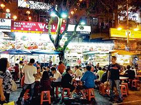 マレーシア国内だけでなく、アジアや欧米からの観光客で夜遅くまでにぎわう屋台街・アロー通り=いずれもマレーシア・クアラルンプールで