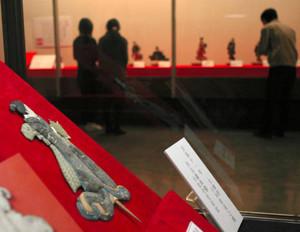 押し絵びなを中心に展示された企画展「松本のおひなさま今昔」=松本市博物館で