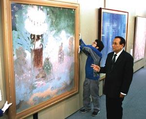 開幕に向け、展示作品を確認する小山監事(右)=浜松市中区早馬町のクリエート浜松で