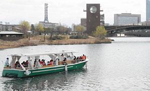 春の日和を船旅で楽しむ記念周遊参加者たち=富岩運河環水公園で