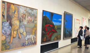会員らの力作が並ぶ「中部二紀展」=名古屋市瑞穂区の市博物館で