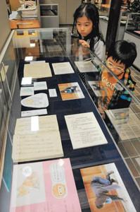 秘伝書の記述から、動物を参考にした忍術を紹介する企画展=伊賀市の伊賀流忍者博物館で