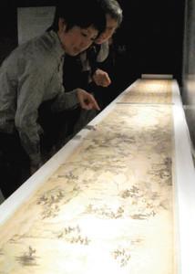 国内では30年ぶりの公開となる査士標の「桃源図巻」=岡崎市美術博物館で
