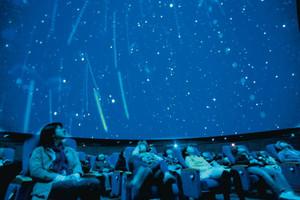 プラネタリウムの映像を眺める人たち=名古屋市中区の市科学館で