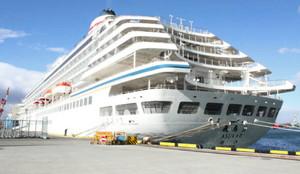 四日市港に寄港した豪華客船「飛鳥2(ローマ数字の2)」(昨年1月写す)