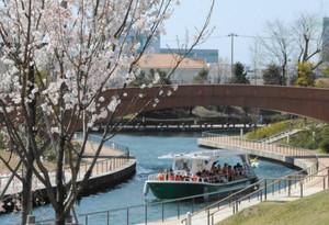 環水公園の小運河を期間限定で航行する富岩水上ライン=富山市湊入船町で