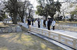 石垣や太鼓橋を復元した公園東側