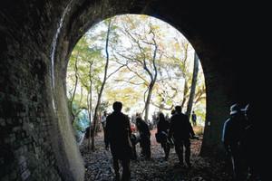 昨秋の一般公開でトンネルや自然を楽しむ観光客ら=愛知県春日井市の愛岐トンネル群で
