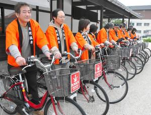 電動アシスト付き自転車を披露する組合員ら=松本市浅間温泉の浅間温泉会館で