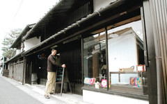 29日にオープンするパン店「ケニーズ・ベーグルズ」の外観=近江八幡市為心町元で