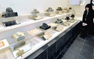 中国清王朝の印章の複製などが並ぶ印章歴史館=名古屋市中区で