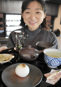 香りの良い地元産の新茶を使ったまんじゅう=松阪市飯南町粥見の「深緑茶房」で