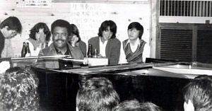 もっきりやが開いた初のライブで演奏するピアニストのレイ・ブライアントさん=1976年(平賀さん提供)
