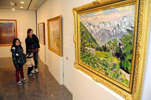 四季折々の立山連峰が描かれた絵の特別展=立山町芦峅寺で