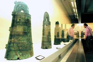 各地の銅鐸が並ぶ春季特別展「大岩山銅鐸から見えてくるもの」=近江八幡市安土町の県立安土城考古博物館で