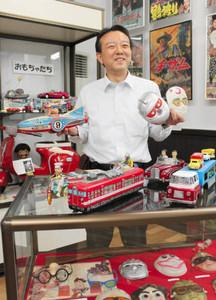 昔懐かしいおもちゃを手にする川口孝嗣さん=刈谷市郷土資料館で