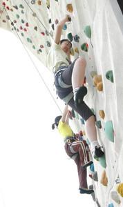 体験会でスポーツクライミングに挑戦する参加者たち=鈴鹿市の県営鈴鹿スポーツガーデンで