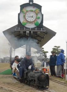 実際に蒸気で走る「C62」は地元愛好家の手作り=クロスランドおやべで