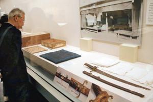 ロシア皇太子を襲ったサーベル(手前)など、大津事件を伝える展示品=大津市歴史博物館で