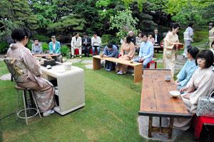 庭園でオープン記念に開かれたチャリティー茶会=いずれも富山市奥田新町で