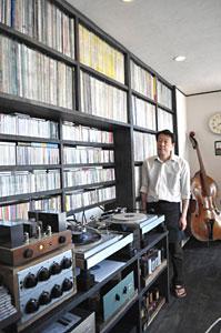 起業チャレンジ応援事業で7店舗目の店は、オーディオと壁いっぱいのレコードがある喫茶店=入善町入膳で