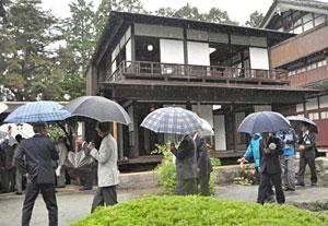 「北陸の銀閣寺」松桜閣を見物する市民ら=黒部市若栗で