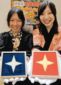 優勝賞品の純金製手裏剣(右)と2位に贈られる純銀製手裏剣=伊賀市の伊賀流忍者博物館で