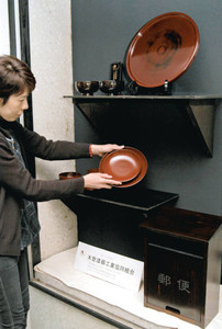 漆器祭の客を迎えようと展示した木曽漆器=塩尻市のJR木曽平沢駅で